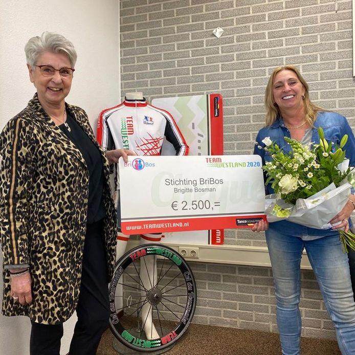 Marian van Scheijnel (Goede Doelen commissie TW, links) en Brigitte Bosman (Stichting Bribos).