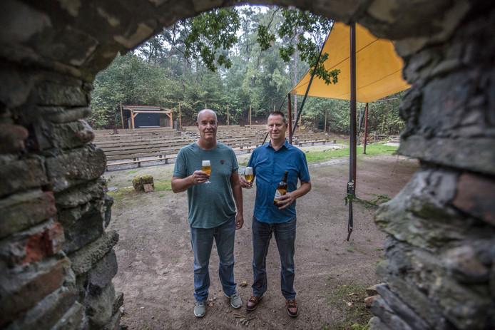 John van Herk (links) en Frank Kaethoven organiseren Bier in 't Bos in het openluchttheater De Hunnebergen in Luyksgestel.