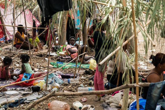 Haïtiaanse migranten hebben een provisorisch kamp opgezet in de buurt van het betonnen viaduct in Del Rio, Texas.