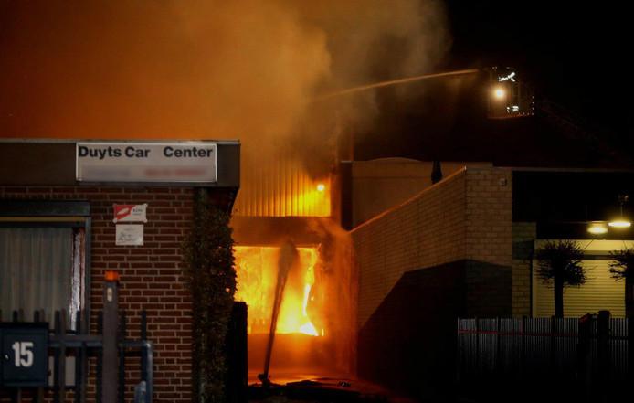 De brand brak uit bij het autobandenbedrijf.