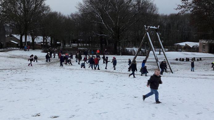 Kleuters van basisschool 't Vossenhol in Groesbeek hebben plezier in de sneeuw.