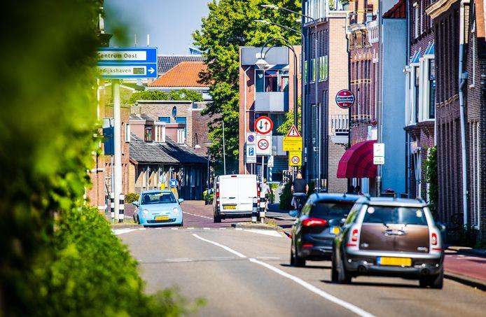 De Noordendijk in Dordrecht, ter hoogte van de wegversmalling. ,,Als er geen tegenligger aankomt, is dat kennelijk een vrijbrief om even lekker gas bij te geven.''