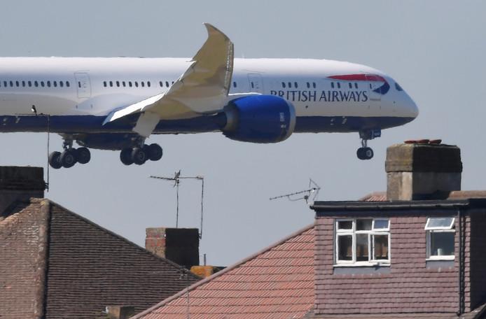 Een toestel van British Airways zet de landing in op luchthaven Heathrow bij Londen.