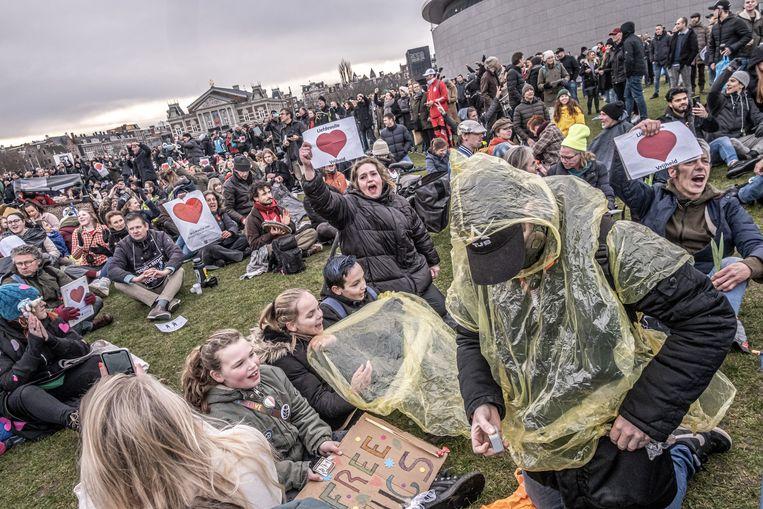 Demonstranten hebben zich verzameld op het Museumplein om te protesteren tegen de coronamaatregelen.  Beeld Joris van Gennip