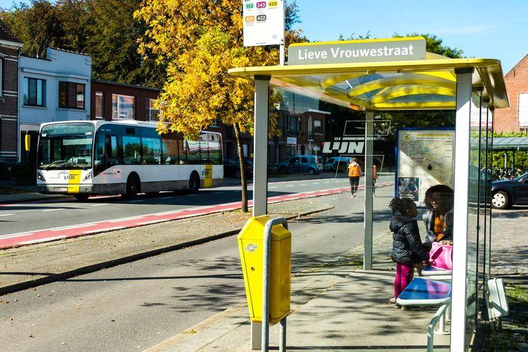De bushalte in de Lieve Vrouwestraat. Wie van daaruit naar Antwerpen wil, moet altijd overstappen.