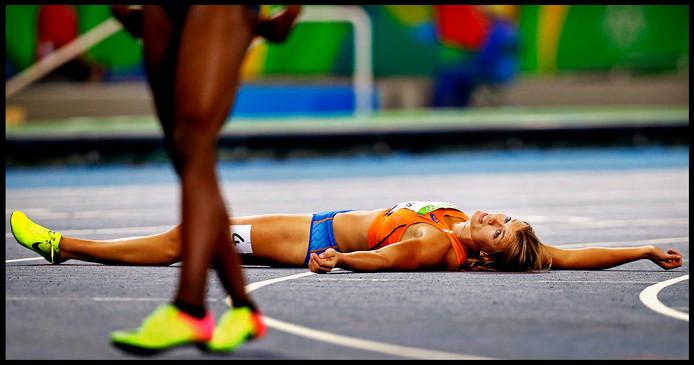 Dafne Schippers ligt verslagen op de grond na het behalen van zilver in Rio.