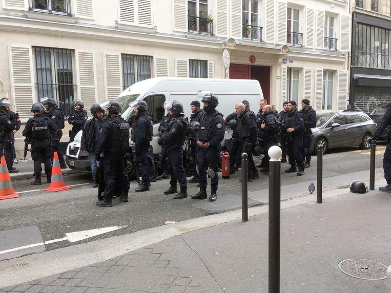 Een gewapende man hield enkele mensen vast in de rue des Petites Ecuries. Beeld AP