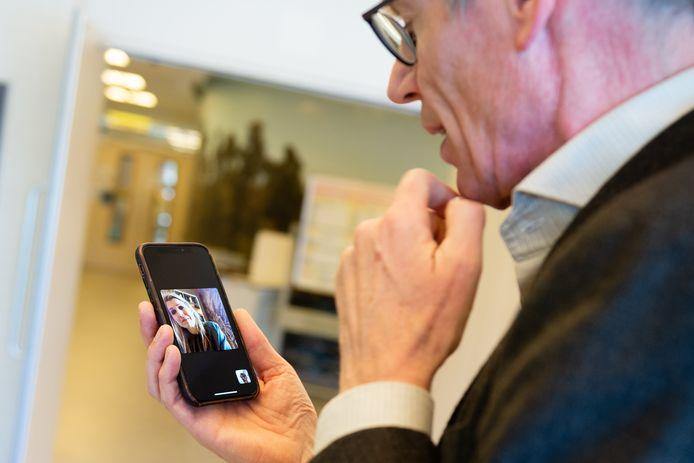 Koningin Maxima belt met Bert Berden van het St. Elizabeth ziekenhuis in Tilburg ETZ Beeld ETZ