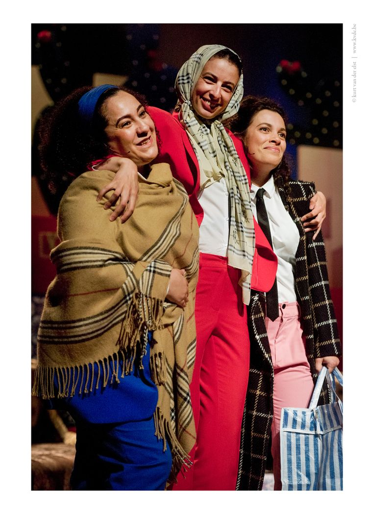 Fadua El Akchaoui, Khadija El Kharraz Alami en Kyra Bououargane in de voorstelling Melk & dadels. Beeld Kurt van der Elst