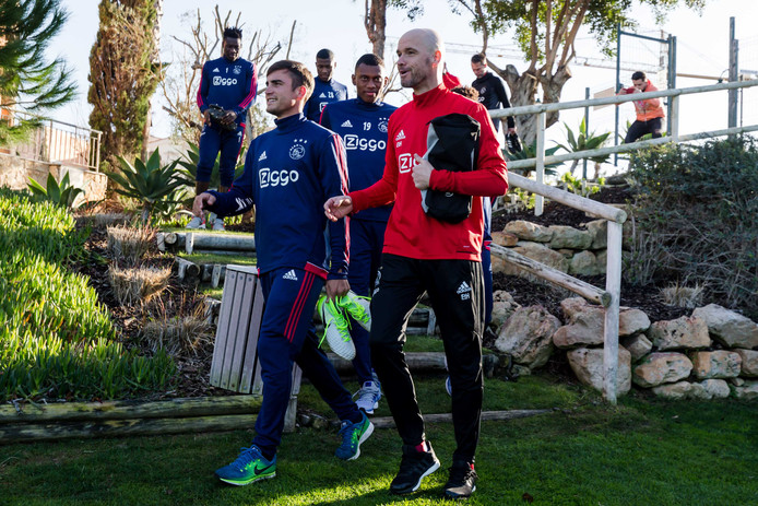 Erik ten Hag en Nicolas Tagliafico op het trainingskamp van Ajax in de Algarve.