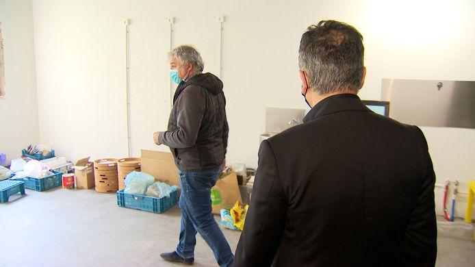 Faroek wordt rondgeleid in JJ House door immomakelaar Paul Verheyen