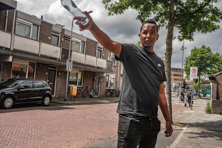 Buurtbewoner Said Ali legt enkele problemen van de wijk Oosterspoorbuurt uit. Beeld Joris van Gennip
