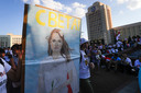 Demonstranten dragen een portret van oppositieleidster Svetlana Tichanovskaja bij zich.