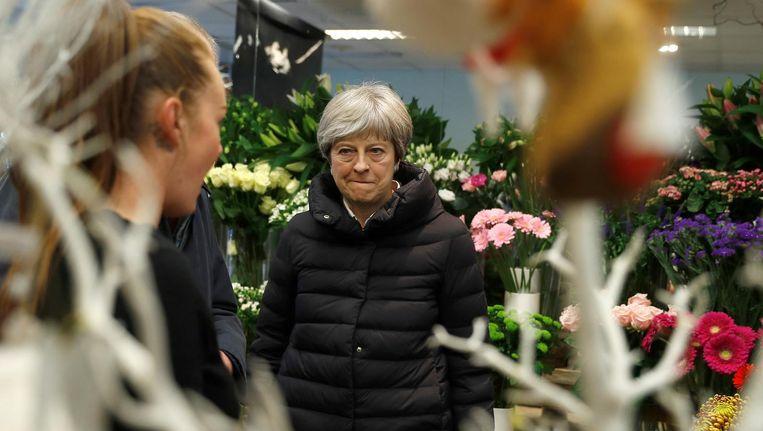 Theresa May koopt een bloemetje Beeld reuters