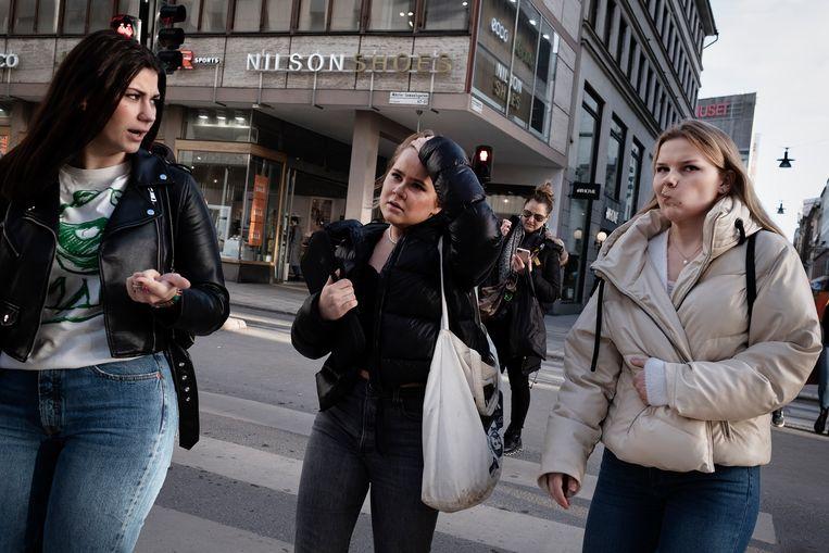 Zweden aan het winkelen in Stockholm.  Evenals de scholen zijn ook de winkels er open tijdens de coronacrisis.  Beeld Daniel Rosenthal/ de Volkskrant