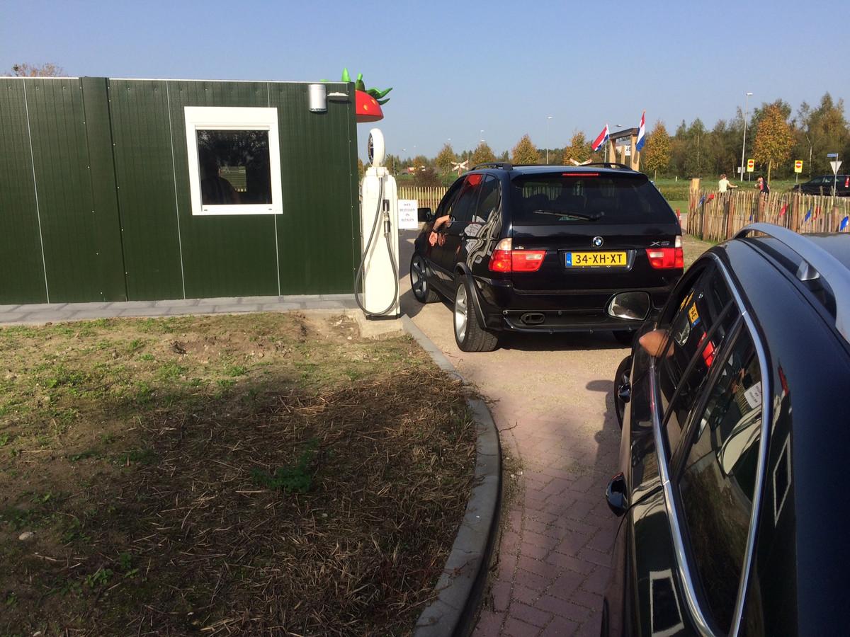 Vorig jaar was de aardbeien drive-in al heel eventjes open. Vanaf maandag kan het publiek aan de Looweg weer terecht bij Jan en Birgitte van den Elzen.