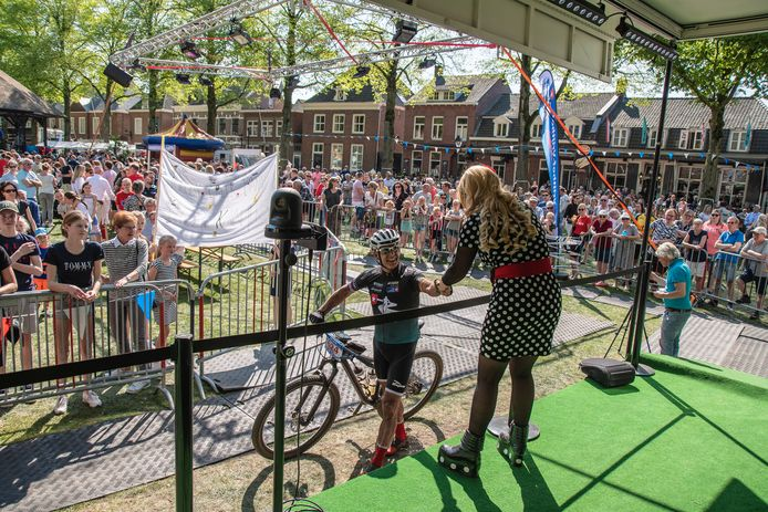 Patty Pitt, voluptues visitekaartje van de Vrijthof-Vrijthof Bike Challenge, ving na de finish de deelnemers op.
