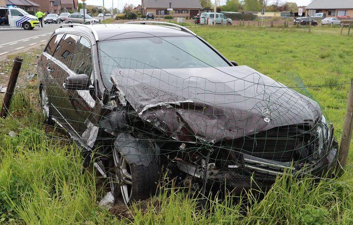 De bestuurder die in deze Mercedes zat, overleefde de botsing wel.