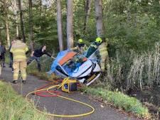 Auto's botsen in Nijkerk en belanden in de berm