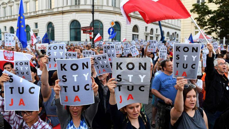 Betogers in Warschau demonstreren tegen de justitiële hervormingen die de regering wil doorvoeren. Beeld afp