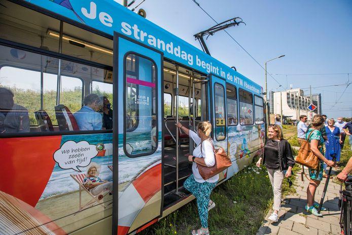 De laatste tram uit Scheveningen moet niet om middernacht vertrekken, vindt een groep ondernemers, strandtenteigenaren en hotelketens: 'We leven in een 24 uur economie en met vrije openingstijden in de horeca, daar hoort nachtelijk ov bij'.