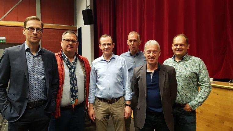 Bart Debbaut (links) is naar goede traditie op post als voorzitter