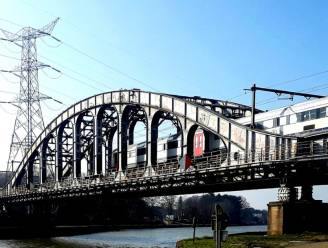 Nieuwe spoorwegbrug en verbreding van Albertkanaal aan fabrieken Mondeléz