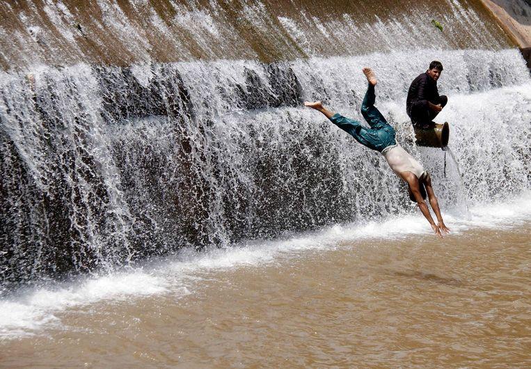 Pakistaanse jongens zoeken verkoeling in een rivier.
