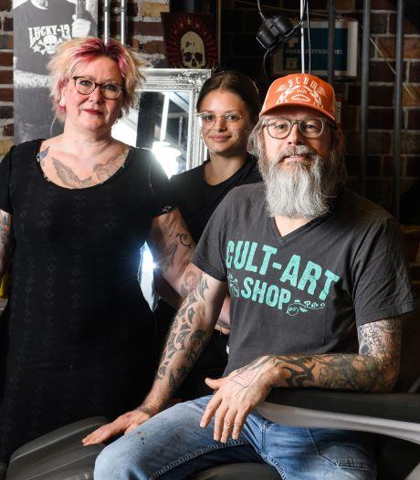 Gert-Jan en Marely van tattooshop in Zwolle worstelen met vooroordelen: 'Ik moet altijd vechten tegen regels'