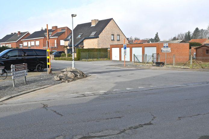 Het druk kruispunt Barrierestraat-Hansbekestraat. Veel verkeer trekt richting het recreatie-eiland De Balokken dat bij mooi weer heel veel volk trekt