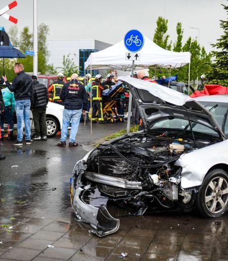 Drie auto's knallen op elkaar in Alphen: meerdere gewonden