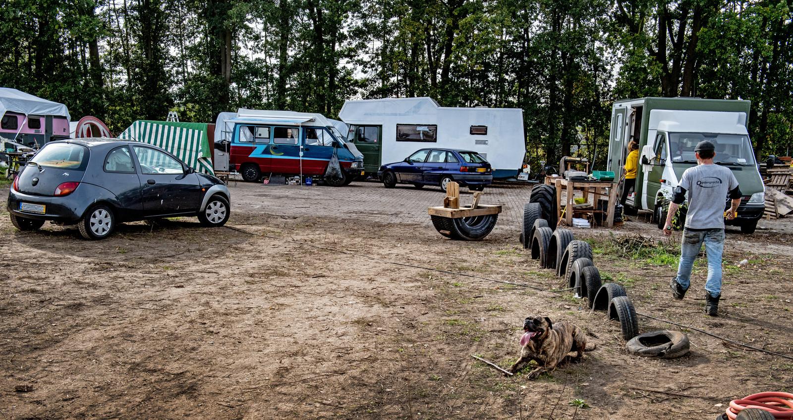 Campers en caravans van krakers op het perceel aan de Sint Teunismolenweg in Nijmegen.
