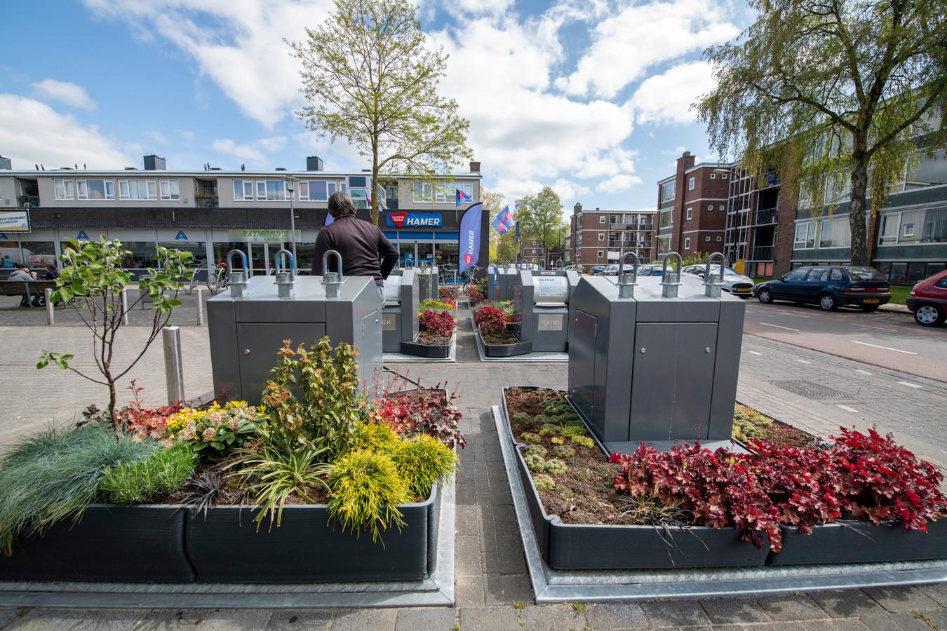 Minituintjes rondom de containers bij het Monsieur Nolensplein voorkomen dat het er een troep wordt.