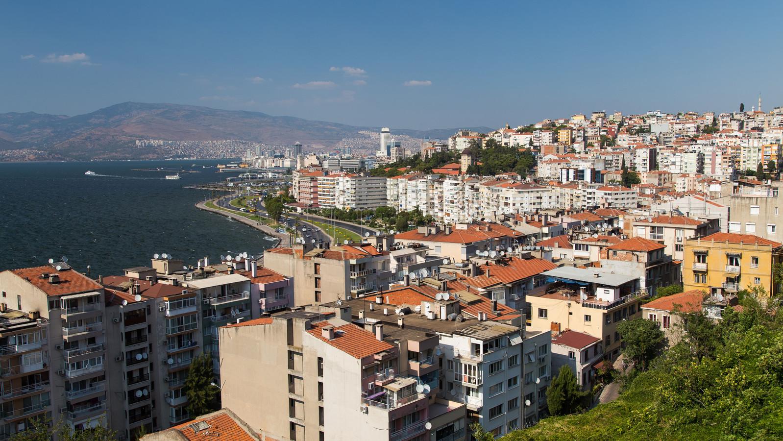 Veel Turken met een bijstandsuitkering blijken vastgoed te bezitten in Turkije, zoals in de stad Izmir.