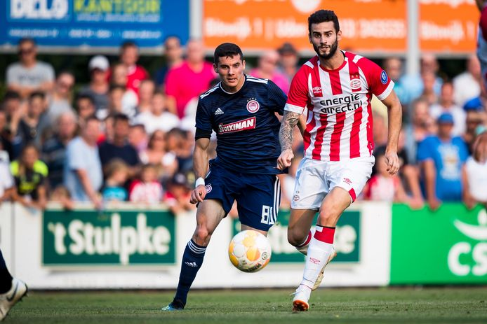 Marios Vrousai (Olympiakos) in duel met PSV'er Gastón Pereiro afgelopen zomer.