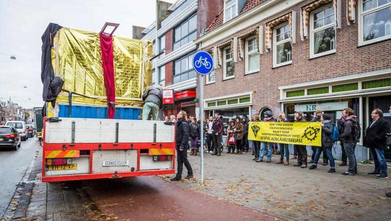 Een ingepakte zeecontainer stond op de Middenweg, een protestactie van de ADM'ers die moeten vertrekken Beeld Tammy van Nerum