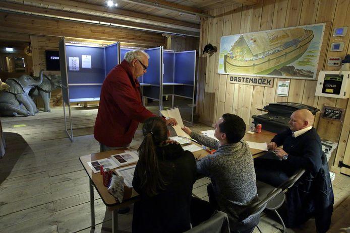Stemmen kon dit jaar ook in een bijzonder decor, hier op de Ark van Noach.