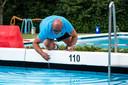 Elke dag voordat het zwembad open gaat, controleert Robin Nagelkerke de waterkwaliteit.
