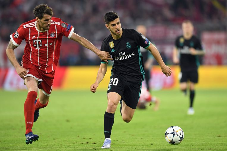 Marco Asensio van Real Madrid houdt Javier Martinez van Bayern München af. Beeld AFP