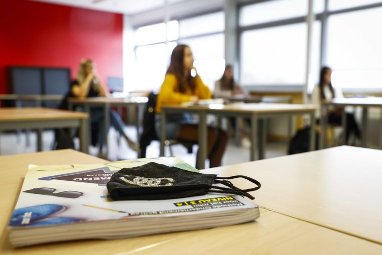 Een mondkapje op het ROC van Twente. Het ROC stelt het dragen van mondkapjes verplicht in alle 29 vestigingen van de school.  Beeld ANP