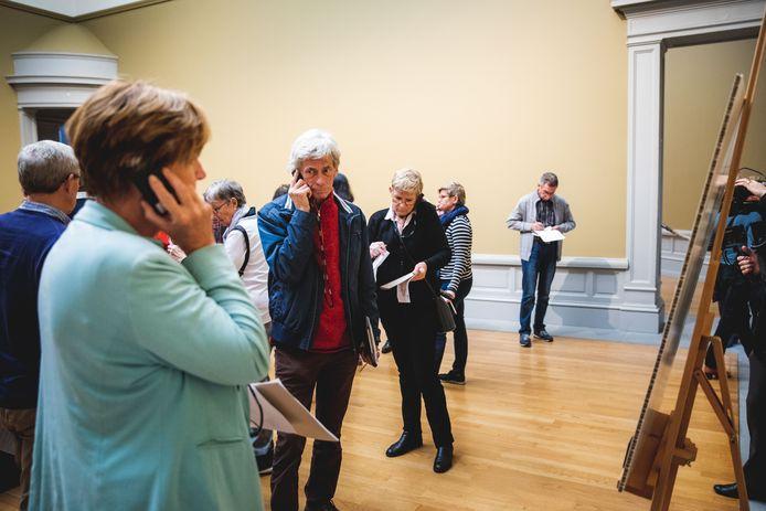 De 'testrunners' van de Van Eyck-expo luisteren naar hun audioguides en noteren hun kritische bemerkingen.