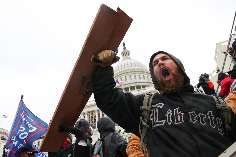 Aanhangers van president Trump verzamelen zich woensdag bij het Capitool in Washington. Beeld REUTERS