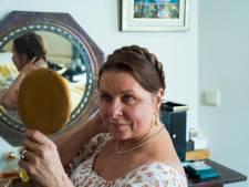 Doordeweeks is Karen (62) copywriter, in het weekend verkleedt ze zich en speelt ze de tijd van Jane Austen na