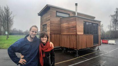 """Timmerman bouwt in 7 maanden tijd houten huisje om in te wonen: """"Klein, maar je leeft gewoon meer buiten"""""""