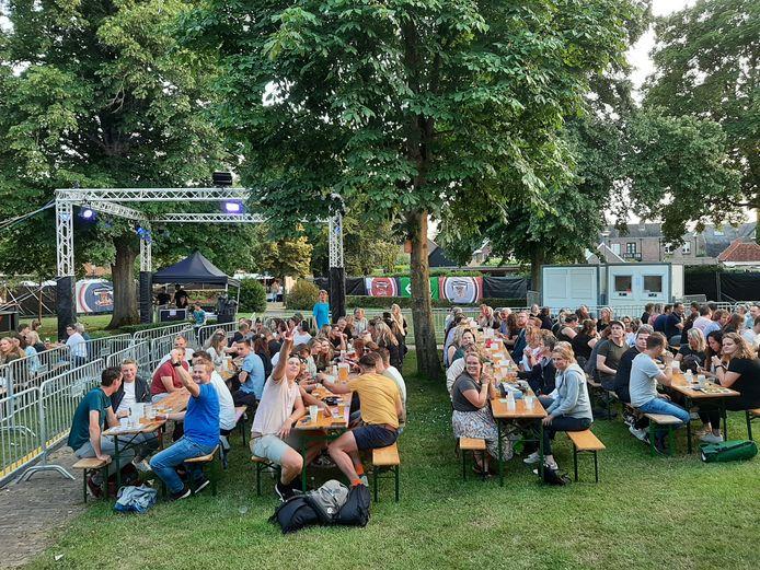 Vrijdagavond werd in park De Geuren in hartje Hellendoorn een bingo gehouden, waaraan zo'n 250 jongeren deelnamen.