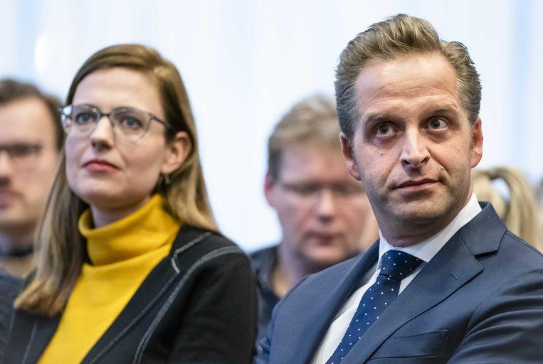 Onderzoeksleider Els van Wijngaarden (Universiteit voor Humanistiek, links op de foto) en minister Hugo de Jonge (Volksgezondheid, rechts op de foto) tijdens de presentatie van het onderzoeksrapport. Beeld ANP