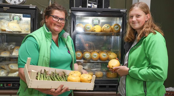 Natascha (links) en Nathalie Dekker met kaas en groene asperges.