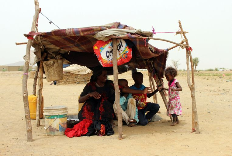 Vluchtelingen hebben een schuilhutje gemaakt in een vluchtelingenkamp.  Beeld  ESSA AHMED/ AFP