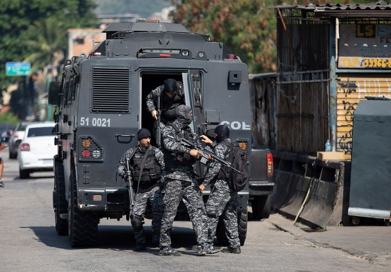 Zwaarbewapende politie-eenheden tijdens de actie in de wijk Jacarezinho in de Braziliaanse stad Rio de Janeiro. Beeld AP