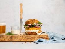 Wat Eten We Vandaag: Visburger met zoetzure ingelegde groenten en yoghurtsaus